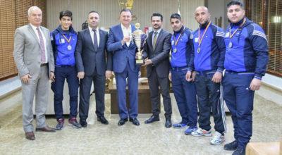 Avrupa şampiyonları kupayı hediye etti
