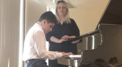O'nun gözleri, kalbinin sesiyle çaldığı piyanosu!