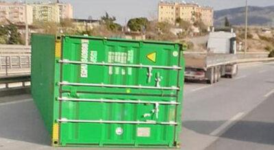 Fırtına konteynerleri yola savurdu